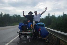 徒歩で世界を旅するカナダ人のジャン・ベリボーさんと偶然出会った=11年 7月7日、カナダ(吉田さん提供)