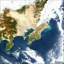 地球観測衛星「しきさい」が捉えた関東地方の画像。利根川河口から房総半島の沿岸部や東京湾が緑色で明るくなっており、プランクトンなど粒子状の物質が多いことが分かる。白は雲(JAXA提供)