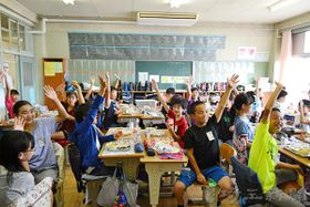 ナンが好きかの問い掛けに手を挙げる児童たち=18日、さいたま市立浦和大里小学校