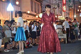 個性輝くデザインの衣装が次々と登場した路上ファッションショー