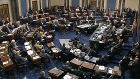 トランプ米大統領の弾劾裁判の審議をする上院=22日、ワシントン(上院テレビ提供、AP=共同)