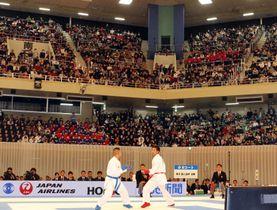 満員の日本武道館で行われた空手の全日本選手権=10日、東京都千代田区