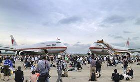 航空自衛隊千歳基地で開かれた航空祭で2機そろって展示された政府専用機