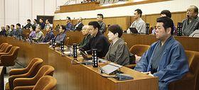着物姿で議会に出席する議員たち=米沢市議場