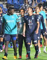 決勝点を決め、試合後チームメートらと喜ぶ福岡・木戸(手前右)