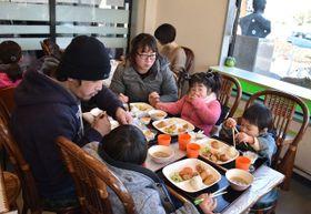 小林市内で開かれた子ども食堂を利用する親子連れ