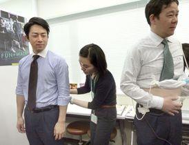 メタボ健診を体験する自民党厚生労働部会長の小泉進次郎氏(左)ら=18日午後、東京都中央区の花王本社