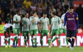 スペイン1部リーグ、ベティスの得点に肩を落とすバルセロナのメッシ(右端)=11日、バルセロナ(AP=共同)