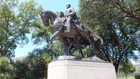 ダラス市内の公園にあったリー将軍の銅像。市の特別委員会で検討した結果、銅像は撤去され、博物館に移すことになった=片瀬ケイ撮影