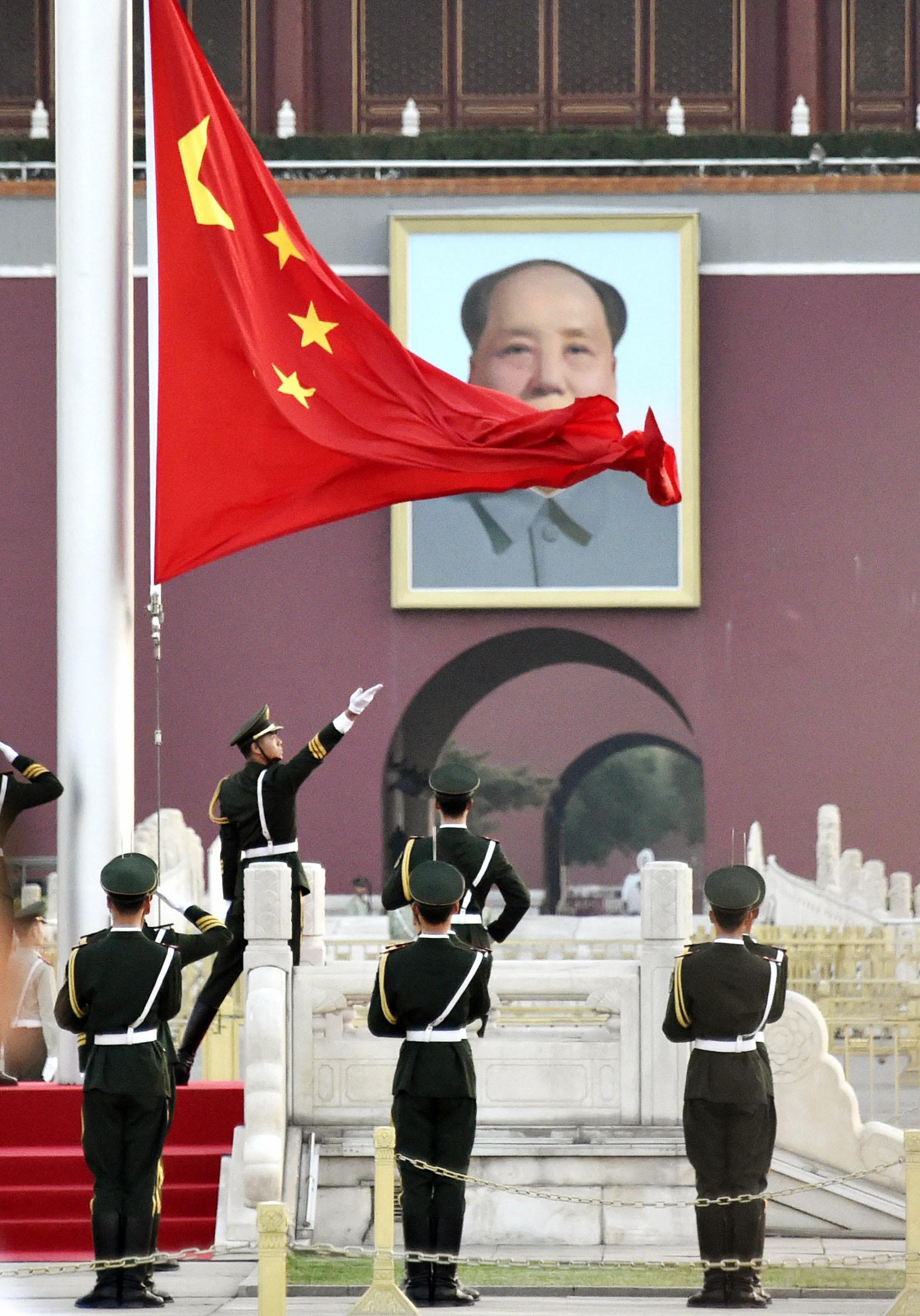 天安門事件から28年を迎えた朝、いつもと同様に行われた国旗掲揚式=6月4日、北京の天安門広場(撮影・福原健三郎、共同)
