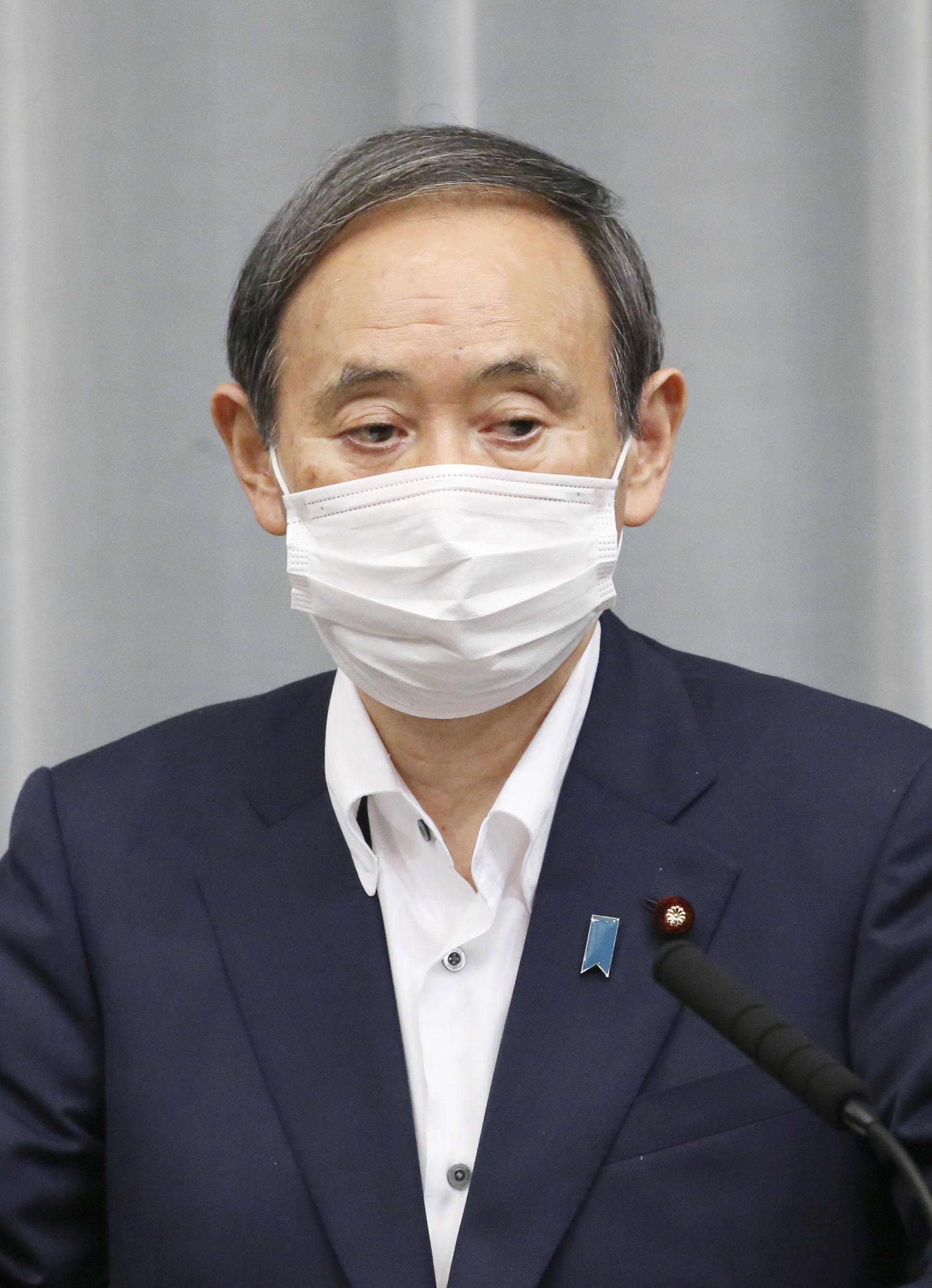 記者会見する菅官房長官=27日午後、首相官邸