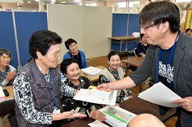 成田会長(右)から修了証書を受け取る音読教室の受講者