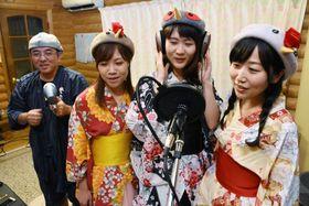 レコーディングに臨むいずみとりとりガールズと作曲を手掛けたし〜げる小野さん(左)=出水市高尾野町江内