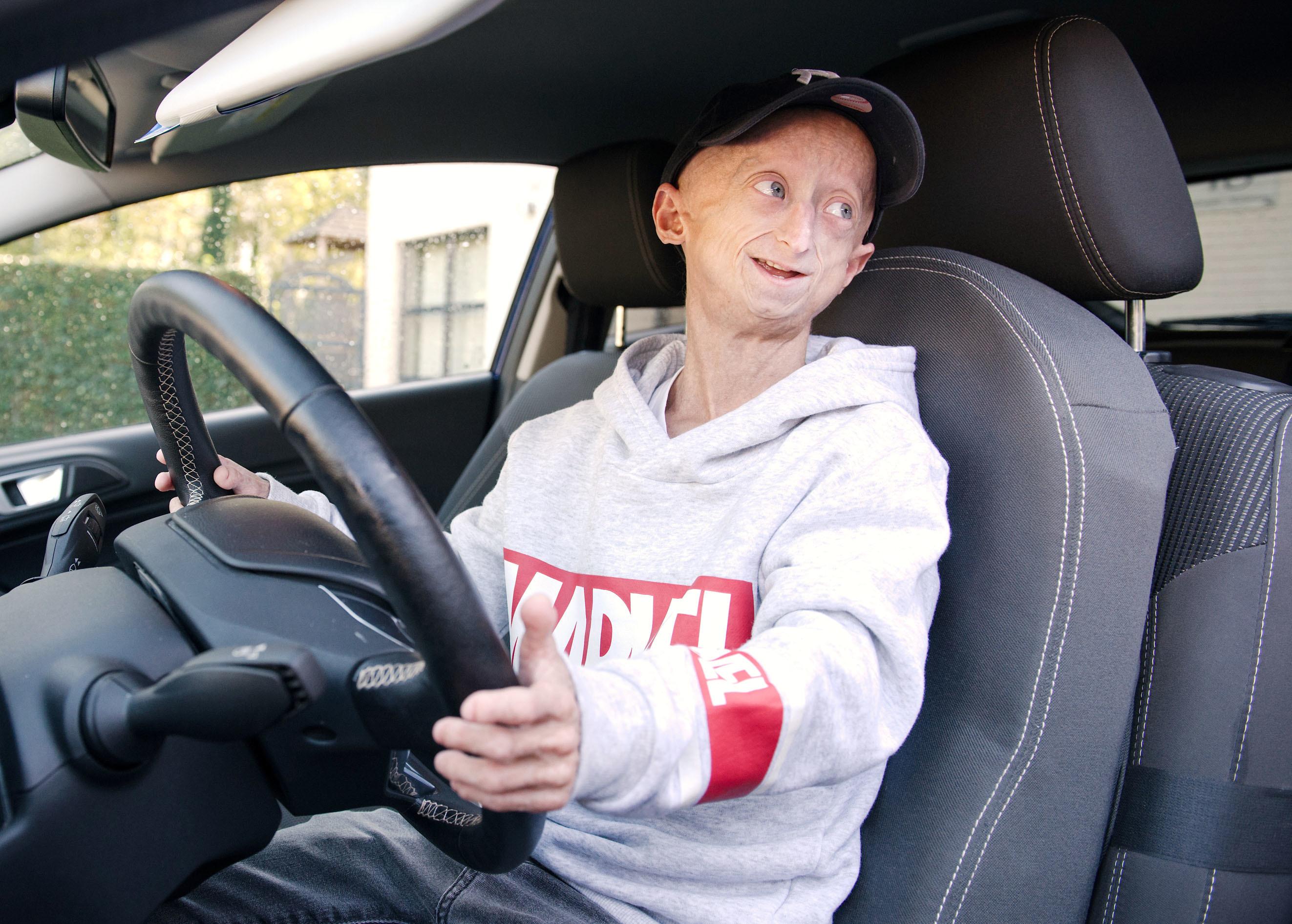 運転免許取得の喜びを語るミヒル。遊びに行く際には、友人の送り迎え役も買って出ている=ベルギー・ディーペンベーク(撮影・澤田博之、共同)