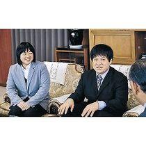 石川町長(右)の祝福を受ける諸橋さん(中央)と中田さん=穴水町役場