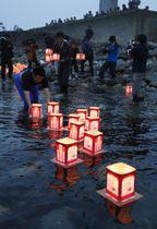 北海道南西沖地震から25年、最も被害が大きかった青苗地区の岬から海に流される追悼の灯籠=12日夕、北海道・奥尻島