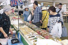 道の駅のグルメを楽しむ来場者=金沢市の石川県産業展示館3号館