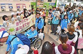 サポートボランティアに見送られ、笑顔で福井を後にする選手団=福井市のJR福井駅で