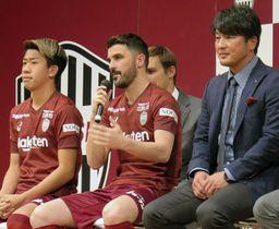 J1神戸の新加入選手発表会であいさつするビジャ(中央)。右は三浦淳寛スポーツダイレクター=17日、神戸市
