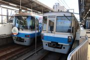 姪浜駅で顔をそろえた1000系(右)と2000系電車