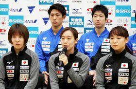 W杯に向けて意気込みを語る石川(前列中央)や吉村(後列左)ら日本代表