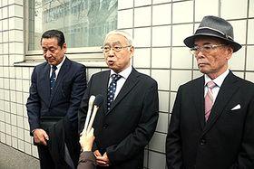 慰霊祭終了後、報道陣の取材に応じる横田さん(左)ら遺族=26日午後4時10分ごろ、富山市民プラザ