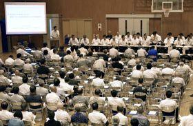 西日本豪雨で鹿野川ダムが大量放流し大規模な浸水被害が出た問題で、開かれた住民説明会=18日午後、愛媛県大洲市