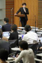 菅官房長官の記者会見で司会を務める上村秀紀報道室長(上)=2月、首相官邸