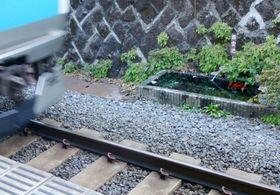 JR田端駅の線路脇にある「鑑賞池」=12日、東京都北区