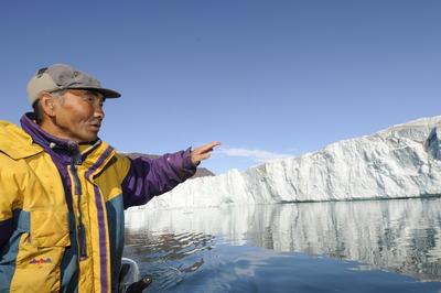 氷山の末端で大島さん=シオラパルク・グリーンランド