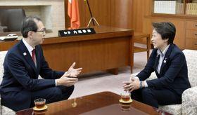 福島県庁で内堀雅雄知事(左)と会談する橋本五輪相=19日午前