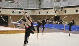東京五輪シーズンで使用する新演目を初披露した新体操団体の日本代表=福岡県宗像市