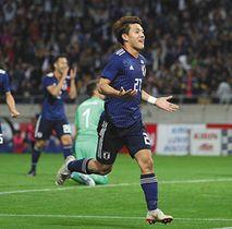 日本-ウルグアイ 後半、チーム3点目のゴールを決め、駆け出す堂安=埼玉スタジアムで