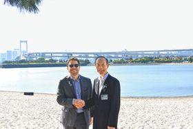 水質改善などで協力を誓い合った武井・港区長(右)とクルグマン・パリ市副市長=都立お台場海浜公園で