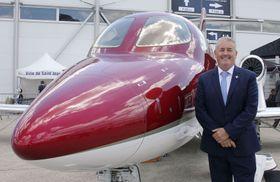 パリ国際航空ショーで展示した「ホンダジェット」と写真に納まる「ホンダ エアクラフト カンパニー」のサイモン・ローズ副社長=17日、パリ近郊(共同)