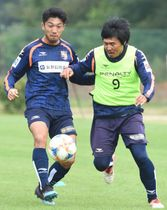 YS横浜戦に向けて練習するAC長野・浦上(左)