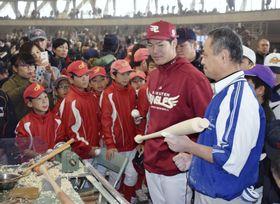 バット削り体験でファンと交流する楽天の島内外野手(右から2人目)=9日、石川県小松市のこまつドーム