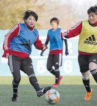 INAC神戸戦で2戦連続の先発を狙う大卒新人の松井(左)=仙台市のマイナビ仙台泉パークタウンサッカー場