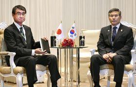 韓国の鄭景斗国防相(右)との会談に臨む河野防衛相=17日、バンコク