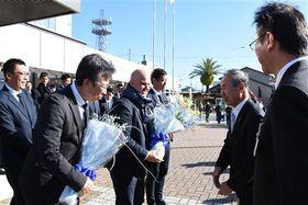 花束を受け取る(左から)小野勝社長、フベロ監督、大井健太郎選手=21日午前、磐田市役所