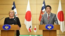 チリのバチェレ大統領(左)と共同記者発表に臨む安倍首相=23日午後、首相官邸
