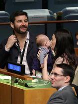 国連での演説を前に長女ニーブちゃんにキスをするニュージーランドのアーダン首相=24日、ニューヨーク(ロイター=共同)