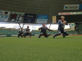 捕手の練習をする(右から)森、山川、外崎、川越(球団提供)