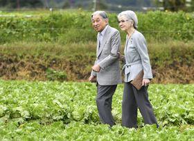 長野県軽井沢町の大日向開拓地を散策される上皇ご夫妻=23日午前(代表撮影)