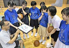 最後の大会を控え、女子部員に指導をする森山恭行監督(左端)