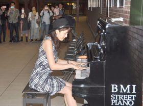 通路に設置されたストリートピアノを奏でる木村香恵さん=馬車道駅