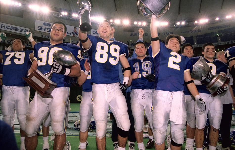 社会人代表のアサヒ飲料を破って初優勝し、喜ぶ関学大の選手=2002年1月3日、東京ドーム
