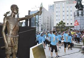 8月17日、韓国・釜山に設置された元徴用工を象徴する像の周辺で開かれた 集会