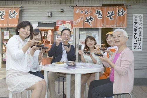 ■富士宮やきそばケーキ「あ宮」を試食する渡辺英彦会長(左から3人目)ら=3日午後、富士宮市