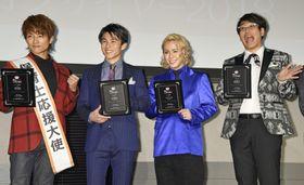 「イクメンオブザイヤー 2018」を受賞した(左から)杉浦太陽、中尾明慶、りゅうちぇる、古坂大魔王=18日、東京都内